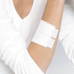 Dressing fixation on arm with Leukoplast pro latex free.