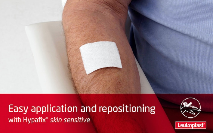 Here we demonstrate that Hypafix skin sensitive is easy to apply and reposition even on fragile skin: the hands of an HCP apply a wound dressing to a patient's forearm, lift it again and readjust it.
