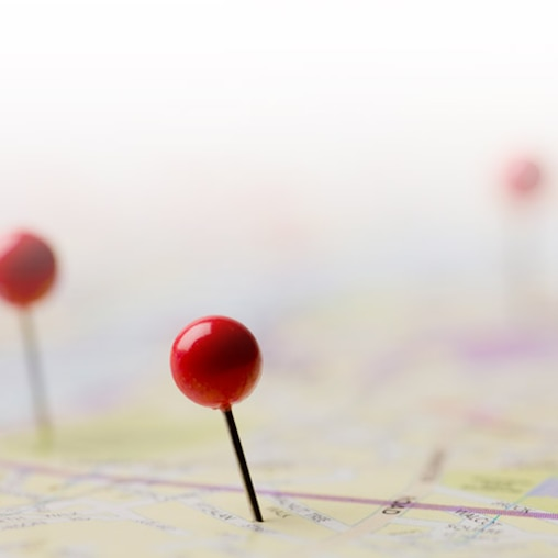 The image shows a street map with a red pin and symbolizes the search function for local pharmacies with Leukoplast assortment.